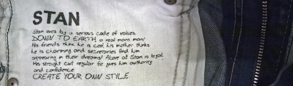 Stan. Of: help, een broek met een boodschap