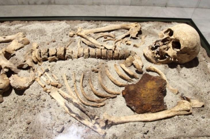 A medieval Bulgarian skeleton found with a metal spike through its heart (credit: Bin im Garten/wiki)