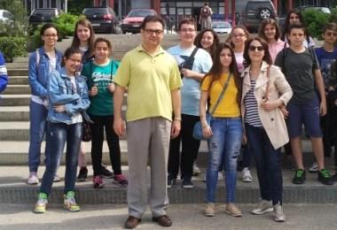 1Μαθητές και καθηγητές μπροστά στην ΣΘΕ