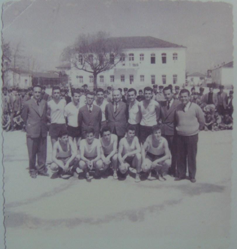 1960 Ελένη Βαρμάζη: Στο κέντρο ο Γυμνασιάρχης Κώστας Μπότσογλου.