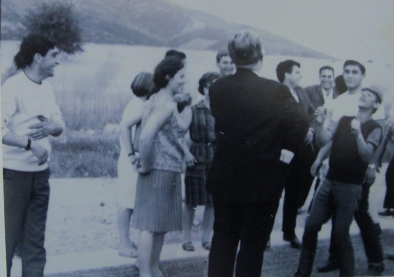 1967 Δημοσθένης Μπαρέκας Από την 5νθήμερη, που εξελίχθηκε σε 7ήμερη της Γ΄ τάξης πρακτικού Λυκείου του 1967 με τον Παν. Αναγνωστόπουλο (Κρέοντα). Εδώ όλοι γελάμε με κάποιο αστείο του και είμαστε κοντά στο χωριό του στην Αρκαδία. Εγώ μπροστά του με το καπελάκι, πίσω μου ο Λευτέρης Καρανίκας, πιο πίσω ο καθηγητής Παν. Αθανασιάδης, μπροστά του προφίλ ο Δημ. Πάντζαλης. Αριστερά πρώτος ο μακαρίτης Δημ. Παταρίδης και δίπλα στον Κρέοντα η Αθηνά Τσενεκίδου.