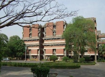 Panel suggests fee hike by 200% for IIT, Government to make student loans easy