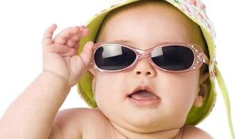 El uso de gafas de sol de juguete daña los ojos de los niños