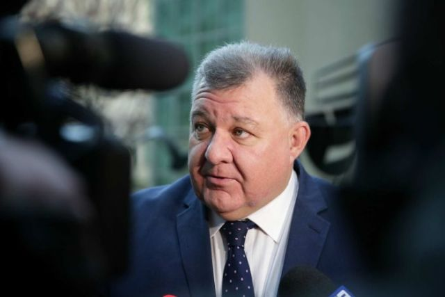 Craig Kelly addresses a group of journalists.