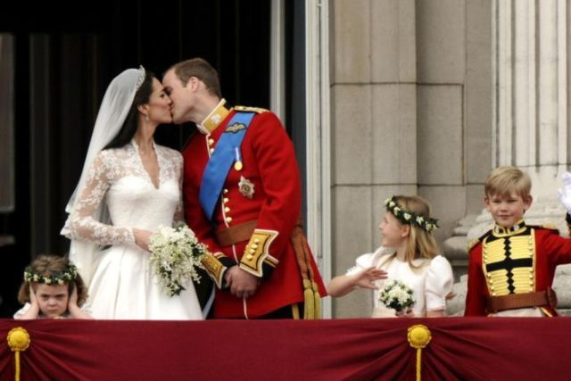 The Duke and Duchess of Cambridge kiss on the balcony of Buckingham Palace