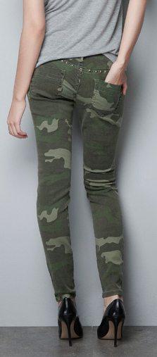 pantalón-con-estampado-de-camuflaje-y-tachuelas-marca-Zara