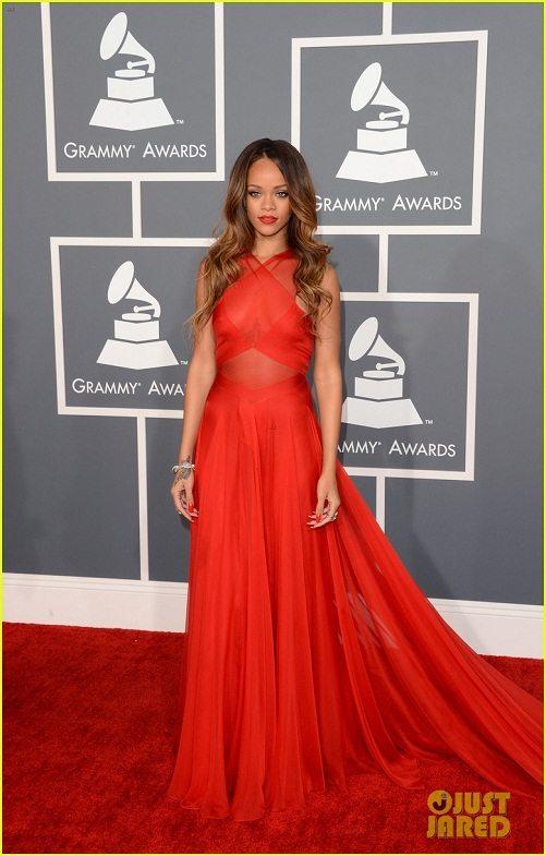 Rihanna en la alfombra roja de los premios Grammy 2013
