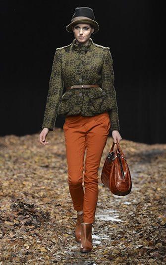 Conjunto con pantalón naranja oxidado con una chaqueta verde militar de Benetton
