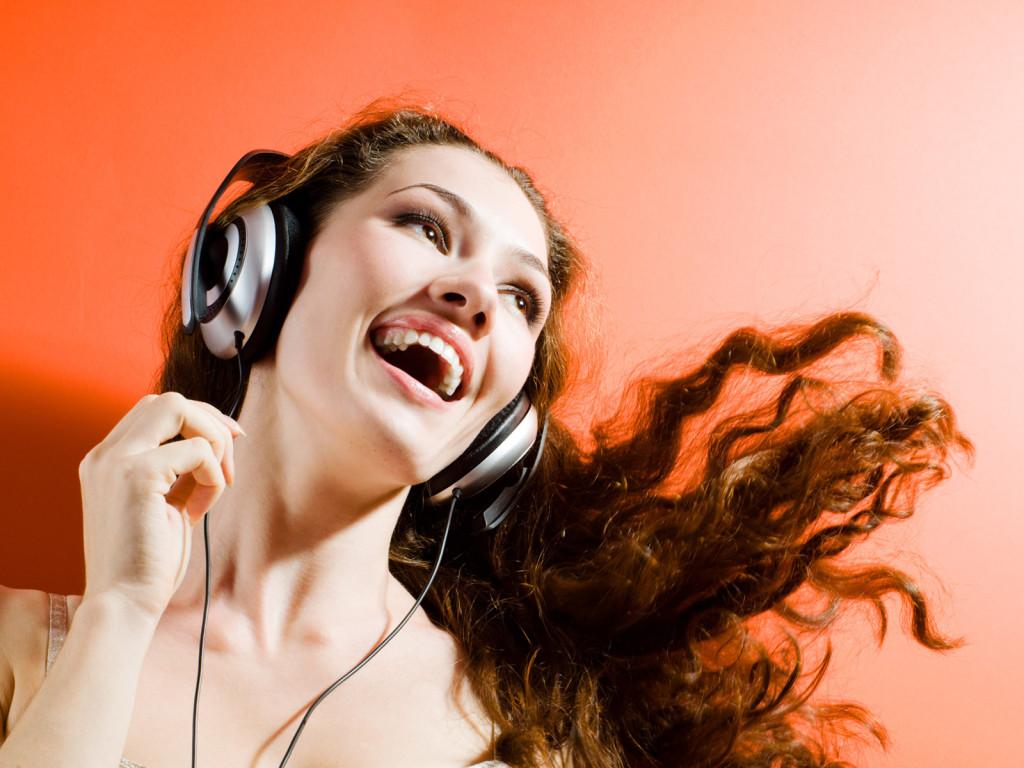 Girl Listening To Headphones Wallpaper Absolutelyfirst Com Музыка