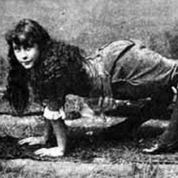 Ella Harper, la donna che camminava come la bambina dell'esorcista