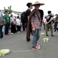 Tra gli adolescenti cinesi va di moda portare a passeggio la verdura