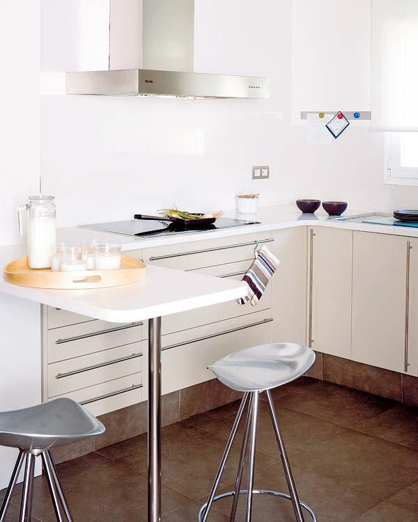 Peque as cocinas distribuidas en l con barra de desayunos for Barras para cocinas pequenas