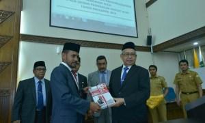 Gubernur Zaini Abdullah menyerahkan buku LKPJ 2014 kepada Ketua DPRA Muharuddin, Selasa (5/5/2015).   FOTO: Dok Humas Aceh