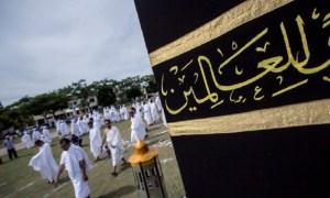 Peserta manasik haji melakukan Tawaf Ifadah di Lapangan Hiraq Lhokseumawe, Selasa (27/5/2014). | FOTO: Reza Juanda/ACEHKITA.COM