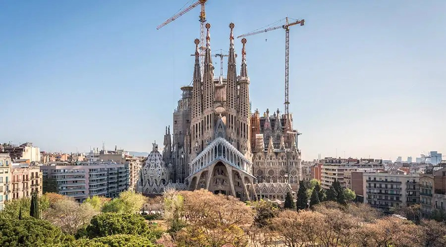 Barcelona Logo 3d Wallpaper Video Desalojan La Sagrada Familia En Barcelona Ante