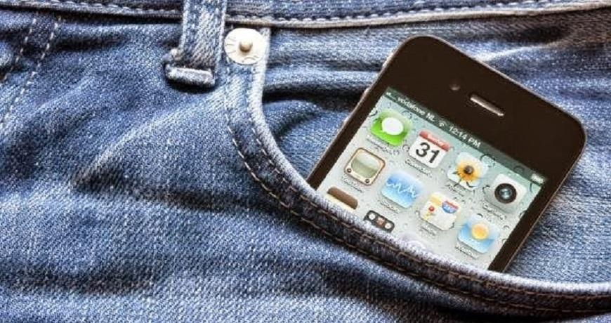 celular no bolso