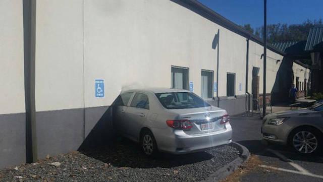carro atravessando parede