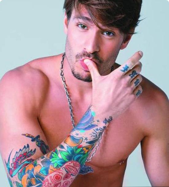 homem tatuado