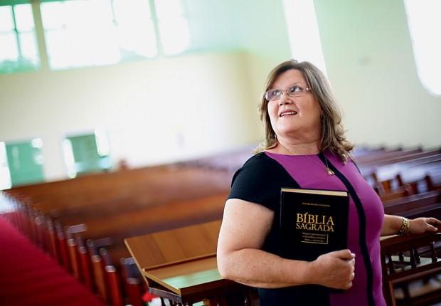 Mulher com bíblia