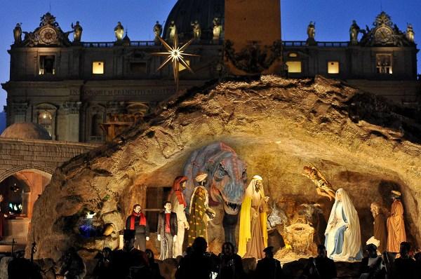 El tiranosaurio pudo verse en el ensayo de la iluminación del pesebre vaticano.