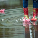 regenlaarzen-spelen-regen-stock