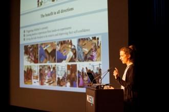 """La investigadora alemana Sara Schultz, durante la presentación del proyecto """"Física para todos"""". Foto: Suzanne Blanchard."""