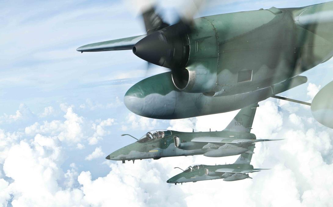 Cazas de Venezuela pueden haber invadido el espacio aéreo brasileño A-1-em-reabastacimento-em-voo-com-KC-130-foto-FAB