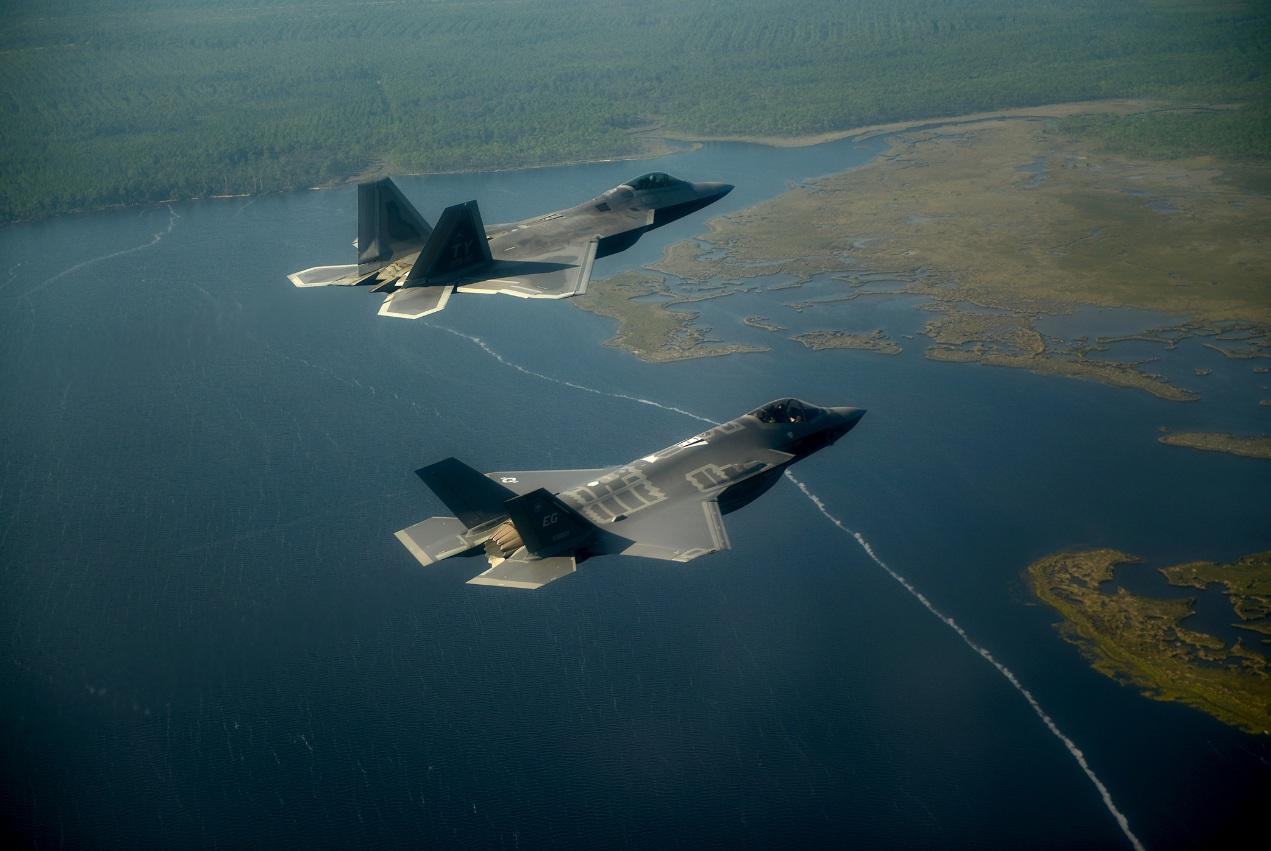 F-22 em formação com F-35 sobre a Flórida - foto completa USAF