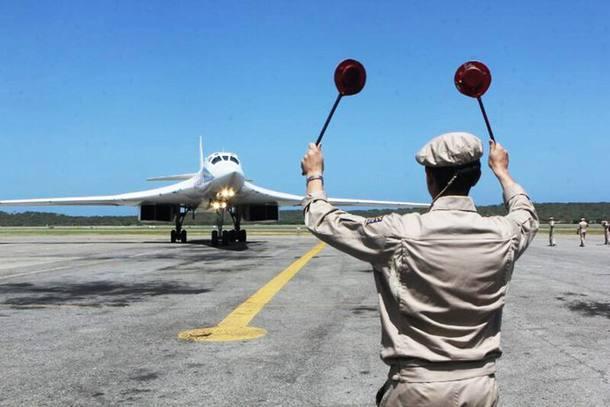 Manobras. Bombardeiro russo Tu-160 taxia na pista de Maiquetía, na Venezuela, em 2013