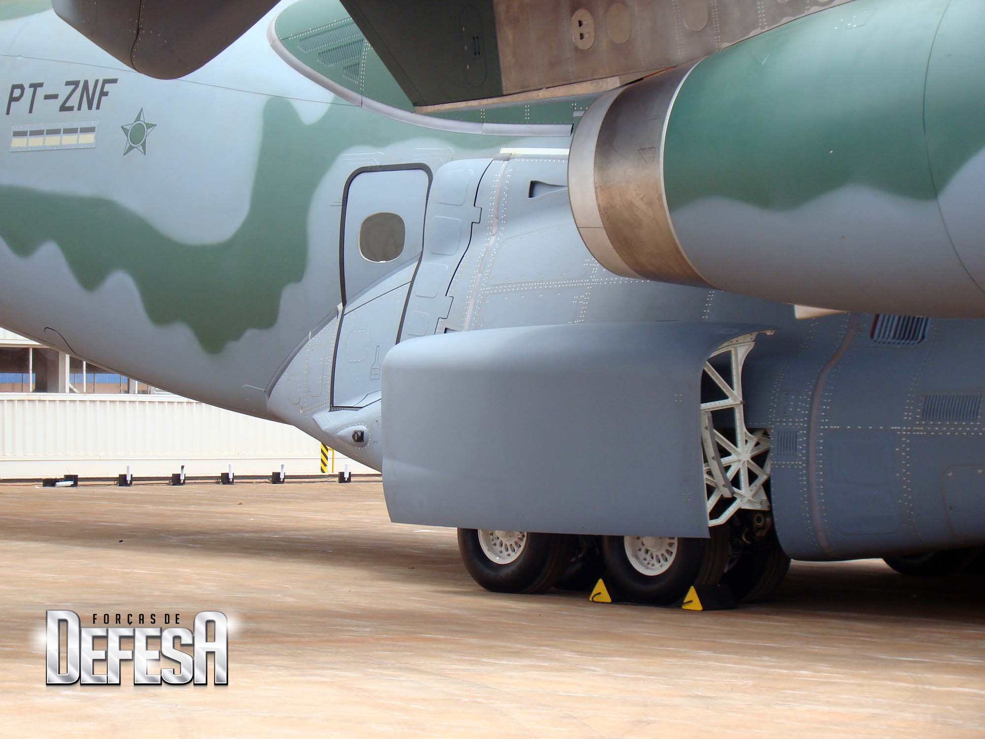 EMBRAER KC-390  - Página 39 KC-390-roll-out-21-10-2014-foto-17-Nun%C3%A3o-For%C3%A7as-de-Defesa
