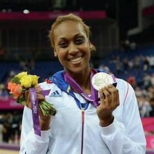 Sandrine Gruda avec la médaille olympique