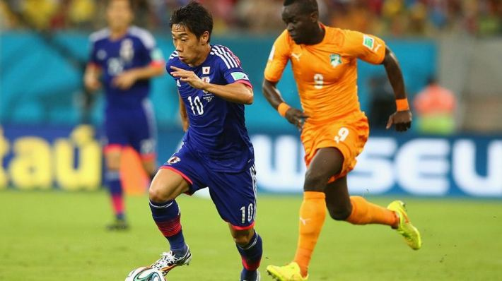 Shinji-Kagawa-of-Japan-controls-the-ball-against-Cheick-Tiote-of-the cote d'ivoire