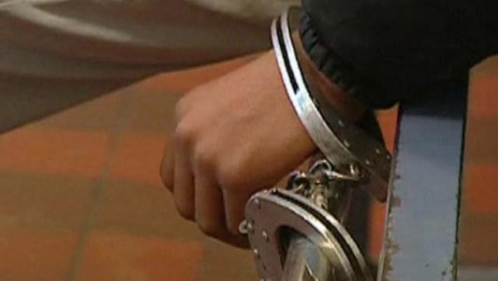 supporter menotté prison