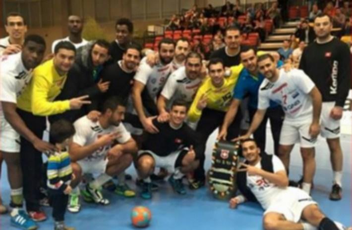 tunisie vainqueur de la yellow cup 2015_hand