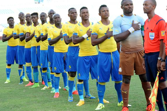 *** Local Caption *** La selection nationale  du Gabon pendant l'exŽcution de lhymne nationale,   lors du match retour, comptant pour  les Žliminatoires du Chan 2016  au stade de l'AmitiŽ de Libreville.
