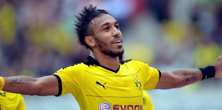 epa04927229 Dortmund's Pierre-Emerick Aubameyang celebrates after scoring the 4-2 lead during the German Bundesliga soccer match between Hannover 96 and Borussia Dortmund at the HDI-Arena in Hanover, Germany, 12 September 2015.   (EMBARGO CONDITIONS - ATTENTION: Due to the accreditation guidelines, the DFL only permits the publication and utilisation of up to 15 pictures per match on the internet and in online media during the match.)  EPA/PETER STEFFEN
