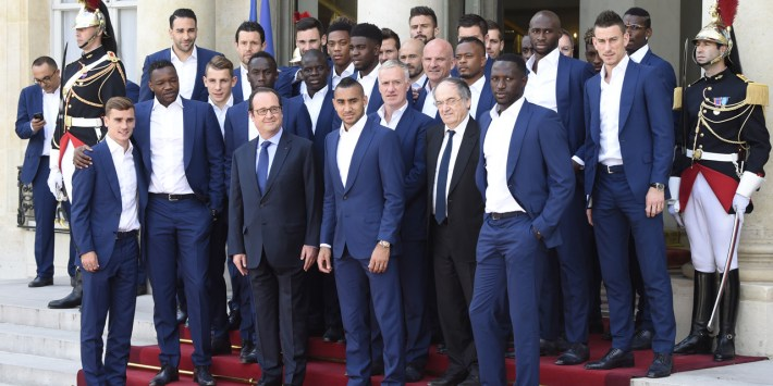 French President Francois Hollande (3rd-L) poses with France's coach Didier Deschamps (C), French Football Federation (FFF) president Noel Le Graet and France's national football team players at the Elysee Palace in Paris on July 11, 2016, a day after Portugal beat France in the Euro 2016 final football match. / AFP PHOTO / DOMINIQUE FAGET