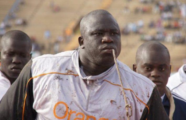 Lutte avec frappe au s n gal yekini battu par lac de guiers 2 for Interieur sport lutte senegalaise