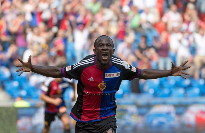 epa05439125 Basel's Seydou Doumbia cheers after scoring during a Super League match between FC Basel 1893 and FC Sion, at the St. Jakob-Park stadium in Basel, Switzerland, 24 July 2016.  EPA/GEORGIOS KEFALAS