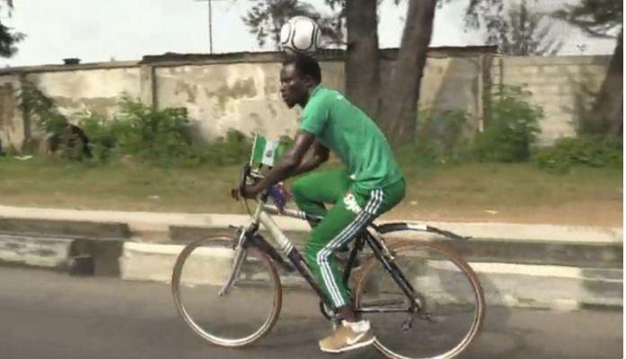Harrison Chinedu parcourt 108km à vélo avec un ballon sur la tête