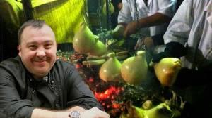 Lo Chef Antonio Pisaniello ed una serie di caciocavalli impiccati.