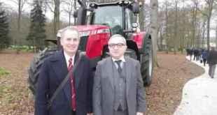 Malcolm Shute, vice-président ingénierie d'Agco, et Claude Gewerc, président de la région Picardie avec le Massey-Fergusson, « prix de l'année 2016 » du dernier salon Agritechnica d'Hanovre (Allemagne). (ph:courrier-picard)