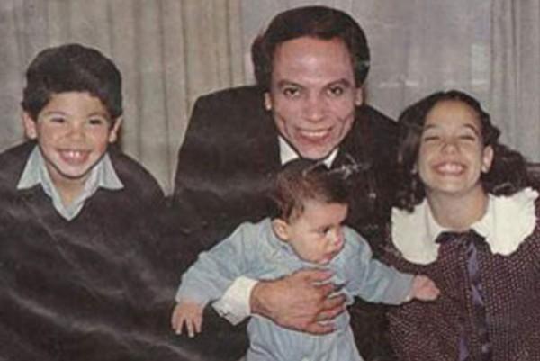 بالفيديو لقاء قديم ونادر مع الفنان عادل إمام وافراد عائلته