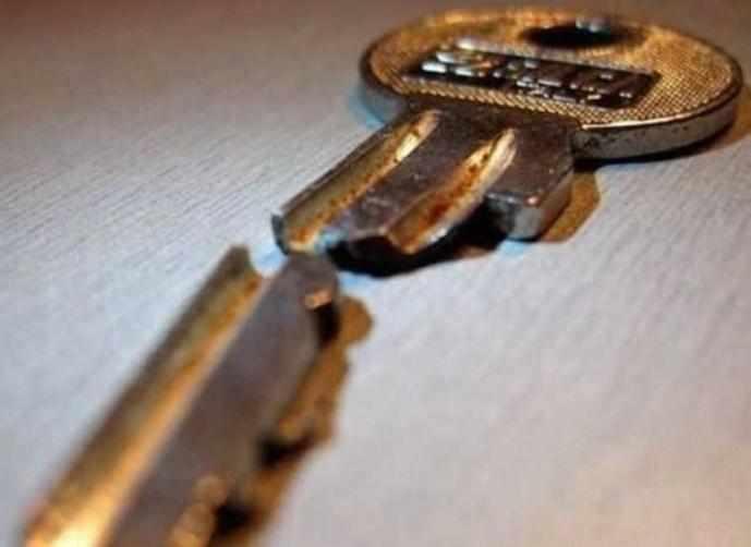 طالبة سعودية تبيع مفتاحها المكسور بـ 90000 ريال!