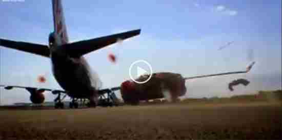 بالفيديو طائرة تحطم سيارة بهواء محركاتها القوي