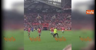Manchester, il sosia pugliese di Ibrahimovic invade il campo per incontrare il suo idolo