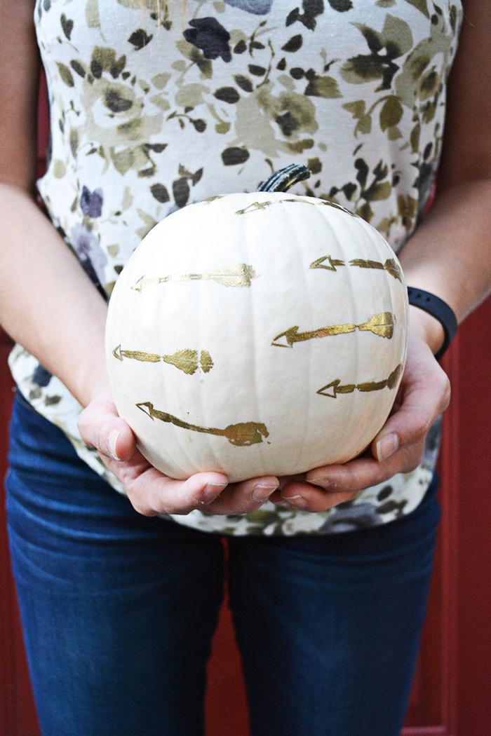 emboss pumpkins for a fancy gold autumn decor look @ajoyfulriot