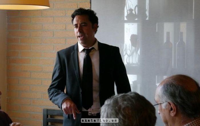Antonio Jesus Pérez akataVino Impartiendo Cata
