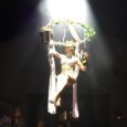 A very elegant vertical show for unique events. The acrobat serves Champagne to your guests, while she seems to float