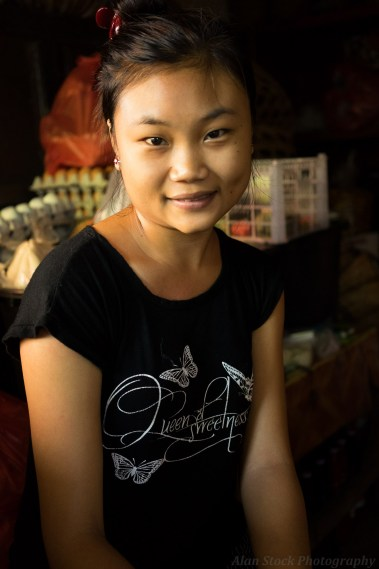 AlanStockPhotography-Bali-market-portrait-woman-young-stall-asian-smiling-sitting-02